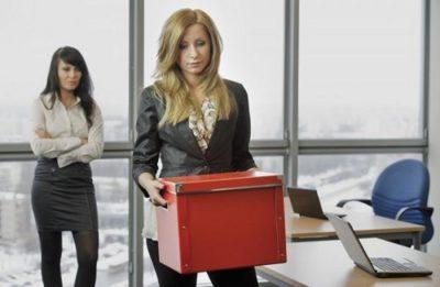Беременность и срочный трудовой договор: расторгать или продлевать? Когда работодатель имеет право уволить сотрудницу?