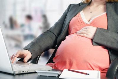 Работа в декретном отпуске: можно ли трудится во время больничного по беременности и родам и есть ли возможность уйти позже и не оформлять совсем?