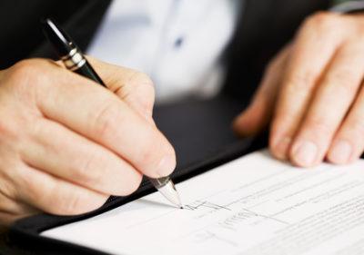 Изображение - Порядок оформления увольнения по сокращению штата – документы и выплаты podpisyvaet_dokument_1_14154233-400x281